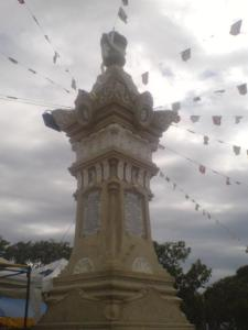 the monument in the middle of the piazza in honor of Gomburza