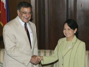 Leon Panetta shaking hands with Philippine leader