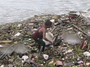 Filipino scavenging in Manila Bay during Pepeng